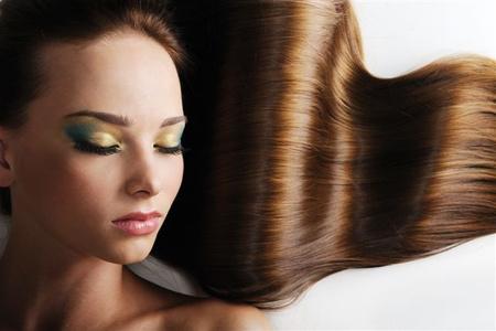 Dámske strihanie, farbenie, melír alebo trvalá vlasov v Salóne Prestige
