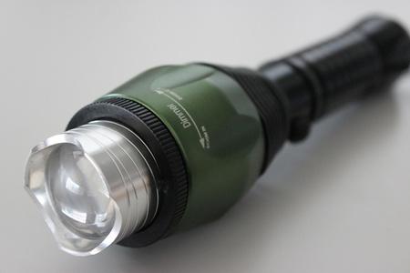 Vysokovýkonná baterka s rotujúcim zoomom